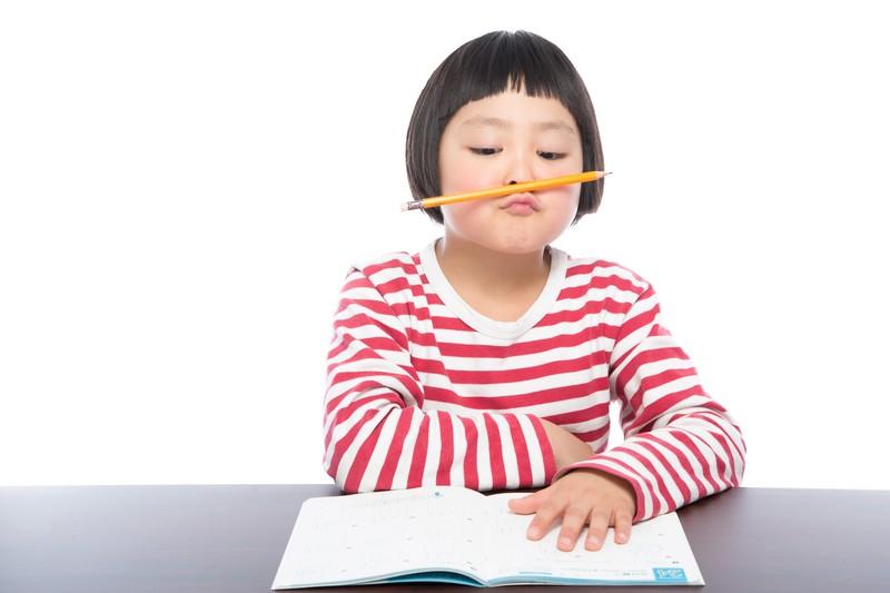 受験勉強で机に向かう女の子