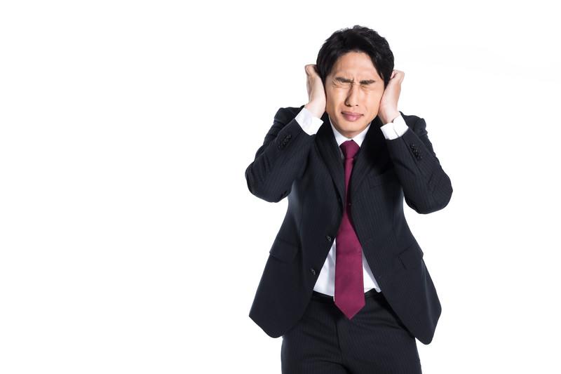 聴覚情報処理障害に悩む男性