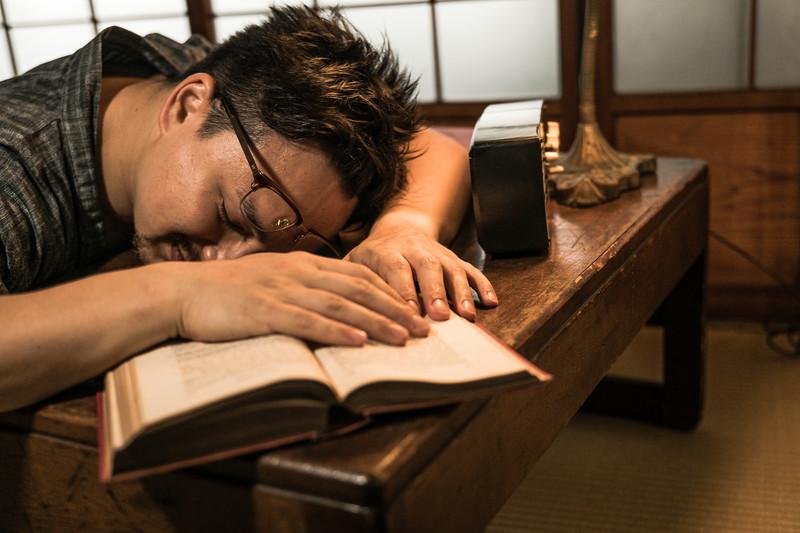疲れて寝込む発達障害の男性