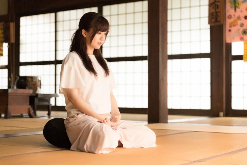 呼吸法を行う発達障害当事者の女性