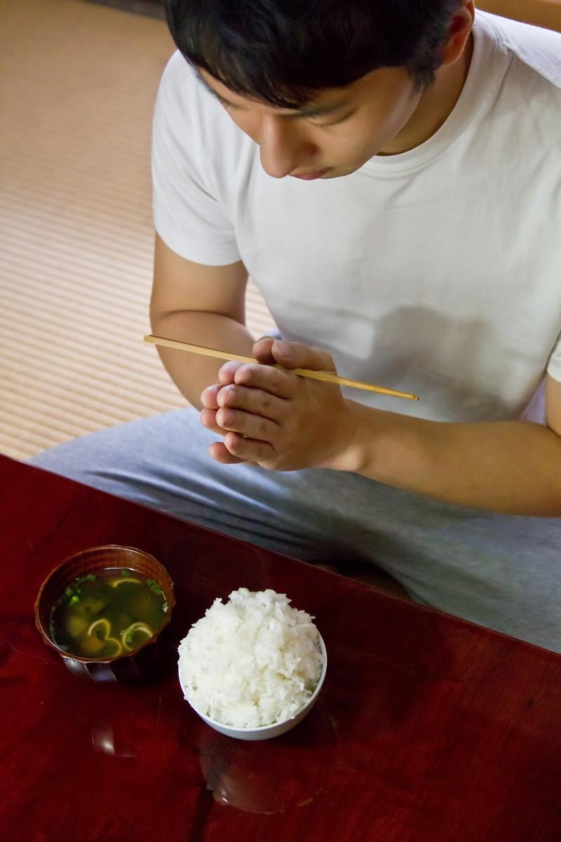 ダイエット食を食べる発達障害当事者の男性