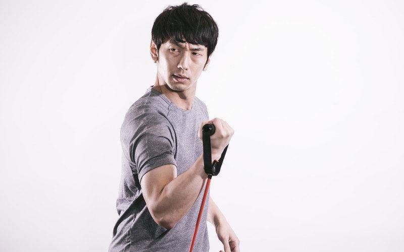 チューブトレーニングを行う発達障害当事者の男性