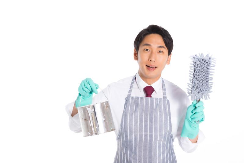 掃除に取り組む発達障害当事者の男性