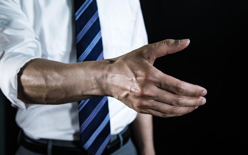 腕を差し出す発達障害当事者の男性