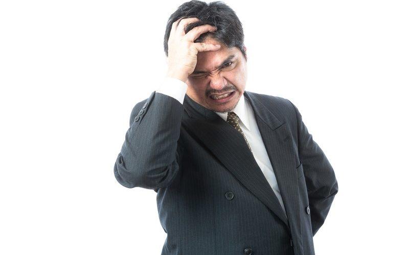 怒りに震える発達障害当事者の男性